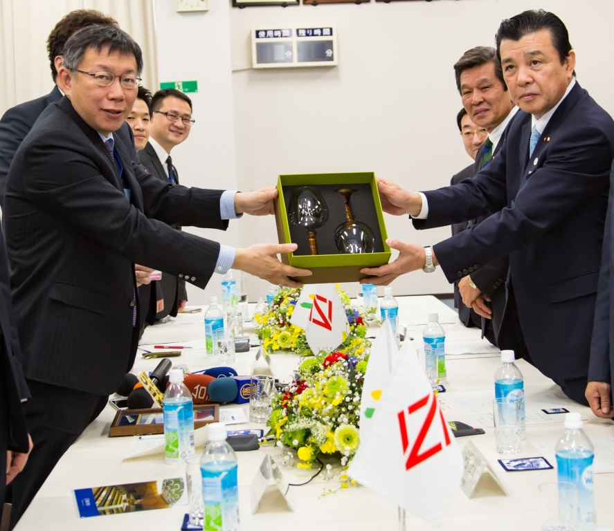 Image of the souvenir presentation from the Mayor of Taipei