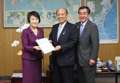 It is Mayor Hayashi, Senior Vice Minister of Internal Affairs and Communications Ninoyu, image of Chairperson Sato (from the photograph left)