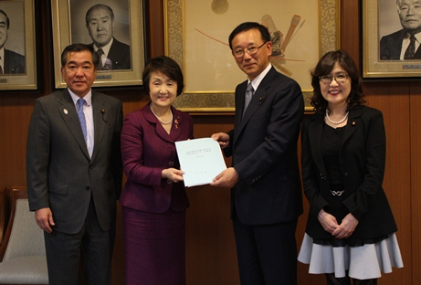 It is Chairperson Sato, Mayor Hayashi, Chief Secretary Tanigaki, image of Chairman of the Policy Affairs Research Council Inada (from the photograph left)