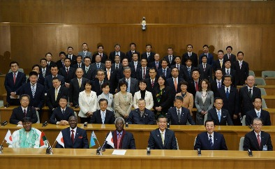 Image of taking a ceremonial photograph with federation of diet members for Japanese African friendship Yokohama City Council