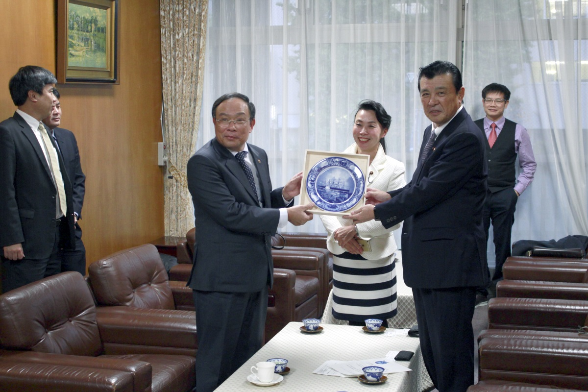 It is image of the souvenir presentation from Chairperson Kajimura to face chairperson