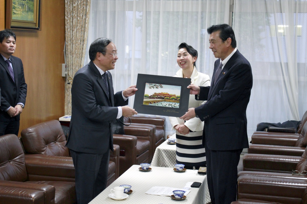 It is image of the souvenir presentation from face chairperson to Chairperson Kajimura