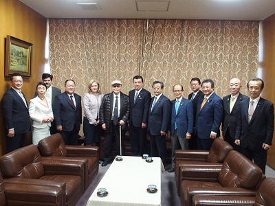 Image of group photo (the fifth person from the left yoshiperu ambassador to Japan)