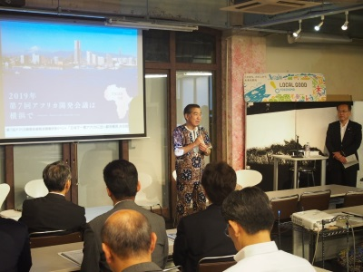 """Image of greetings (as for the clothes yukata using African cloth called """"panyu"""") of Chairperson Hirofumi Sato"""