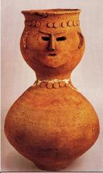 Una fotografía: Vaso de alfarería de cara humano