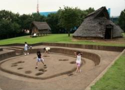 Una fotografía: Las comunidades Yayoi-teclean de Otsuka, el parque de restos de tierra mejor